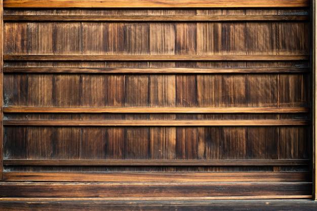 コンクリートの木の背景に空の上の棚またはテーブルの木。プット製品用と若干の薄型用