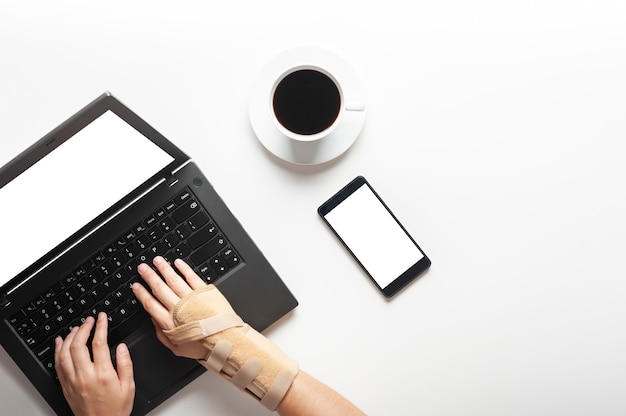 コンピューターを使用してから手首の痛みと手の上から見る