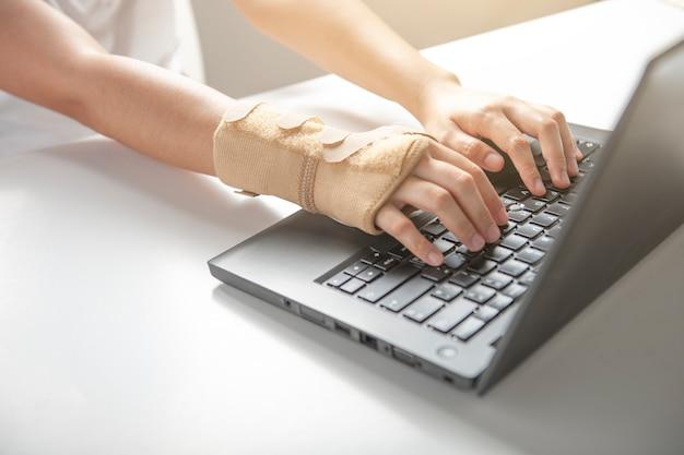 コンピューター使用による手首の痛み