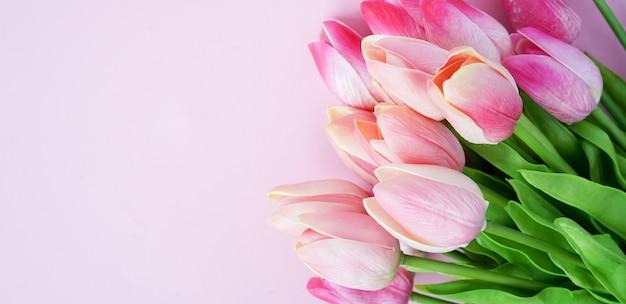 Группа розовых цветков тюльпана лепесток с цветным фоном