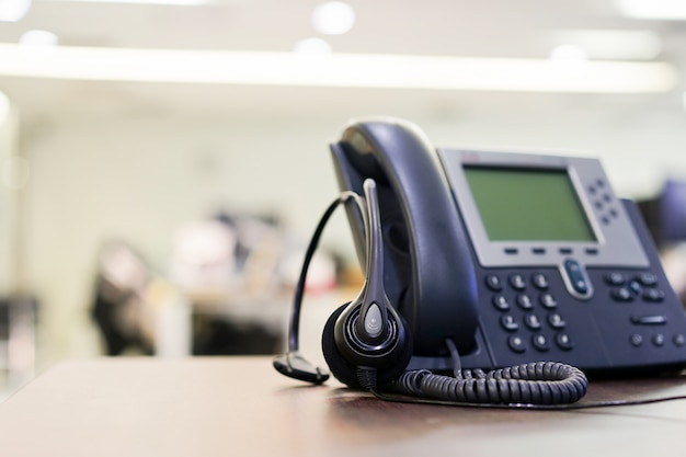 オフィスデスクで電話装置のソフトフォーカスを閉じます