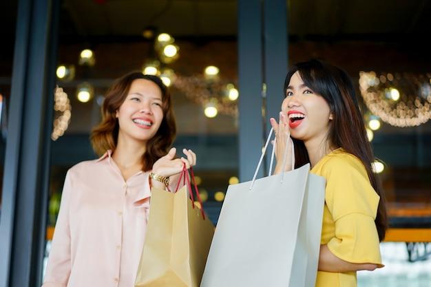 エコロジーショッピングバッグを持っている女性の手のグループ