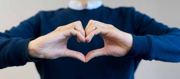 人の手を整える健康のコンセプトのための心の形を閉じる