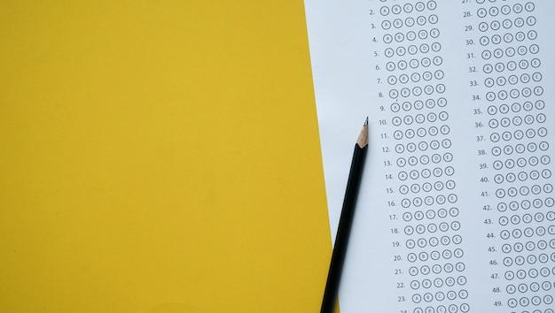複数の選択肢がある試験答案用紙の上に鉛筆します。