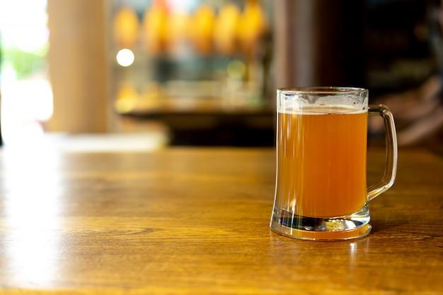 モダンな都市のライフスタイルのためのレストランのテーブルの上のクラフトビールの正面ガラスを閉じる