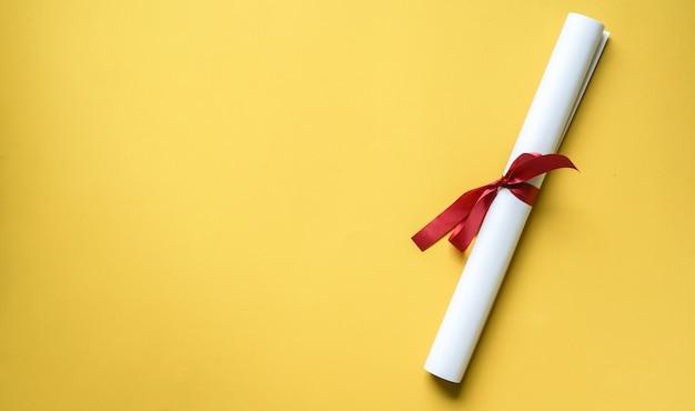 Крупным планом вид сверху дипломной степени на желтом фоне