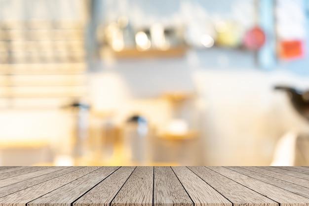 木製テーブルとレストラン内をぼかし