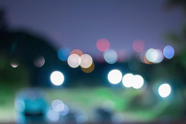 街の灯は、美しいカラフルなボケ味を持つ抽象的な背景をぼかし
