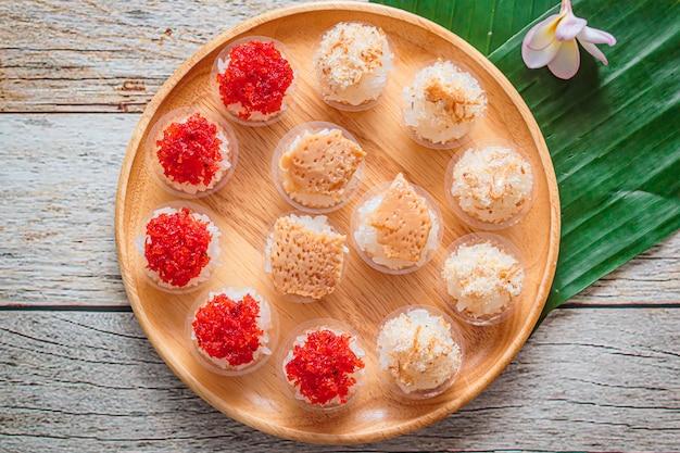タイのカスタードとエビのトッピング、タイのデザートと甘いもち米。
