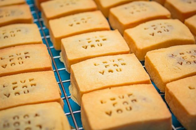 パイナップルタルトまたはパイナップルケーキは、甘い伝統的な台湾のペストリーです。