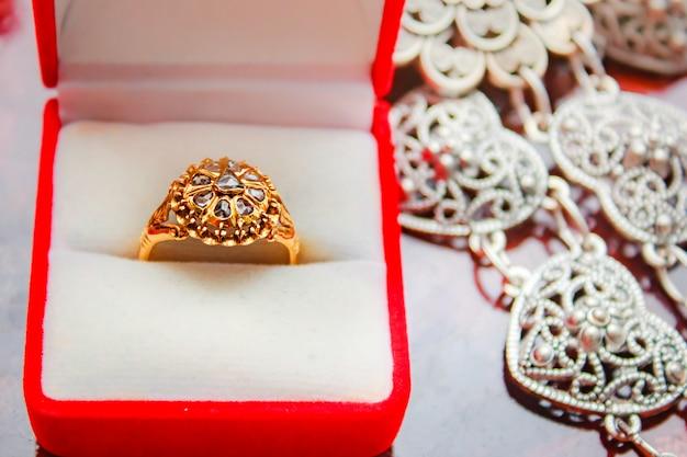 ダイヤモンドリングゴールド、ジェムタイスタイル。