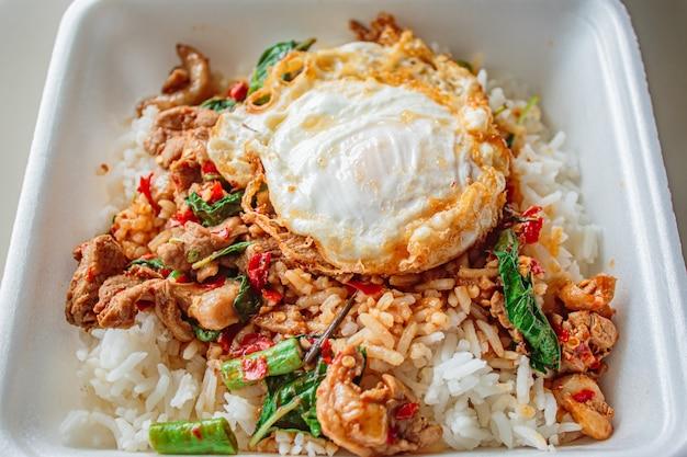 Рис с базиликом жареная курица и жареное яйцо.
