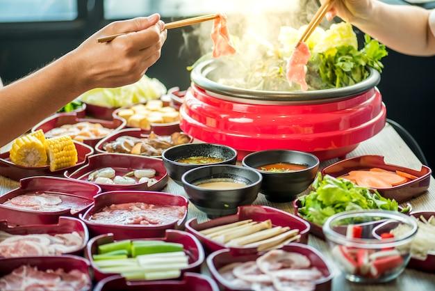 日本食レストランで鍋で焼きそばとすき焼きを食べる