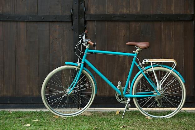 茶色の背景に古い小屋の前にヴィンテージ自転車