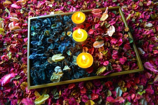 ポプリまたは花びらの花がカラフルで香りのよいろうそく