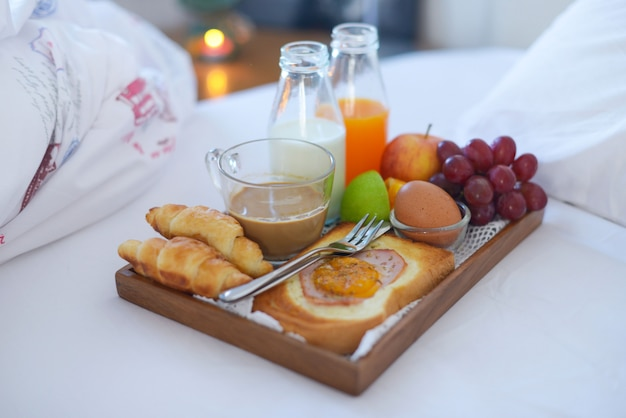 ベッド、コーヒー、クロワッサンで朝食