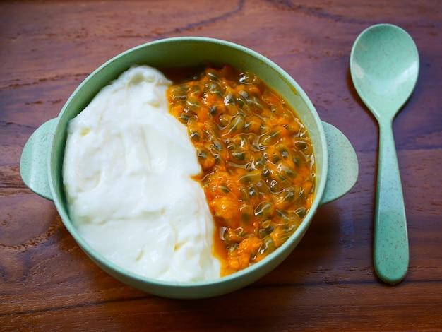 Маракуйя, мед и йогурт