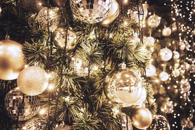 金のボールとボケの光の背景とクリスマスツリー