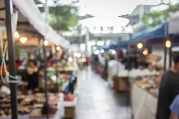 通りの食べ物と人々が祭りで買い物を背景にぼやけ