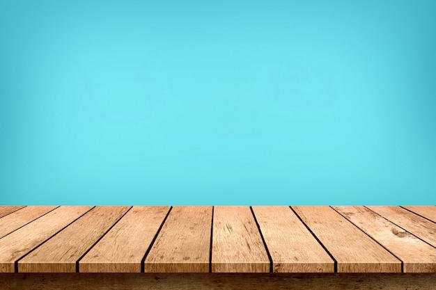 パステルブルーの空の木製テーブルトップ