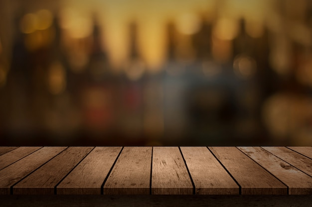 ぼやけ飲料バーの背景のビューの木製のテーブル