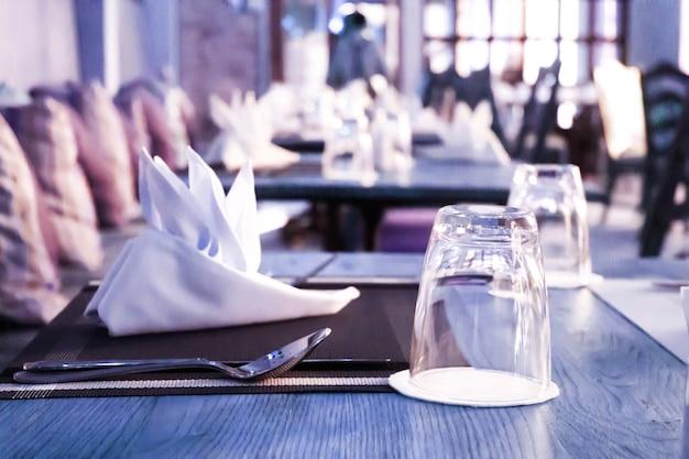 空のグラスはレストランのテーブルに設定