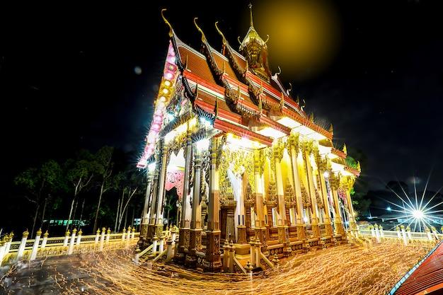 夜の仏教会で三重の囲みのシャッター電球画像