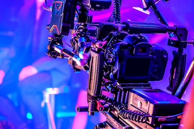 映画産業。プロのカメラの背景で撮影