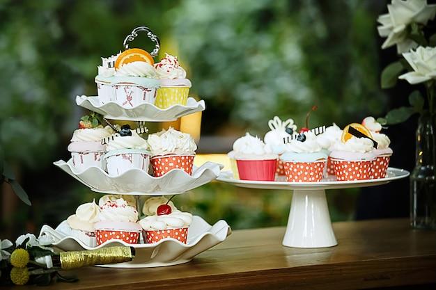 結婚式のカラフルなカップケーキ