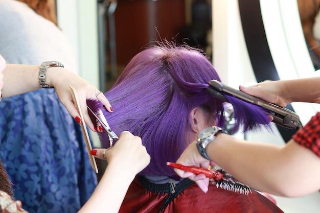 サロンで紫の短い髪