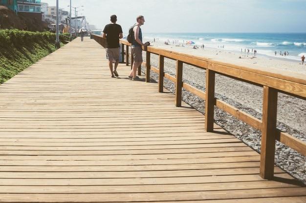 Путешественники в пляже