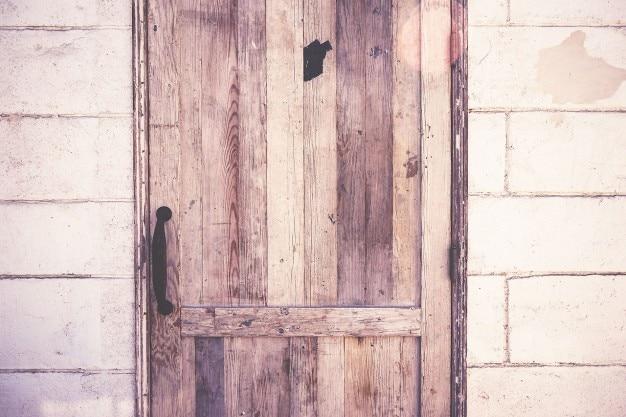 素朴な木のドア