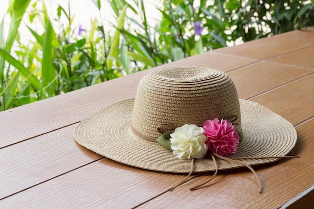Шляпа на деревянный стол
