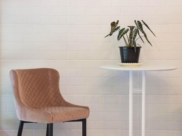 椅子とコーヒーショップの背景を持つ植木鉢