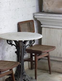 古い椅子とテーブルとコーヒーショップ