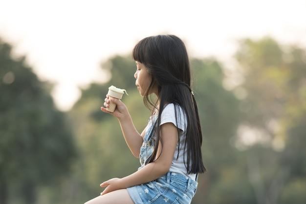 アイスクリームの子供