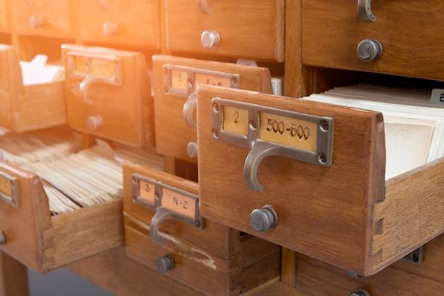 木製の図書館のインデックスキャビネット