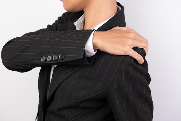 女性は肩の部分でハンドル付きの黒いスーツを着用します。