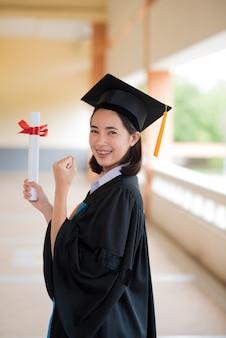 黒い卒業生は大学で卒業式の日に黒のスーツを着用します。