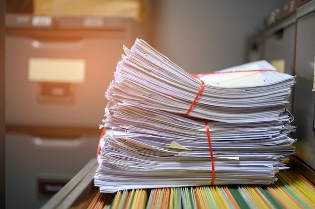 オフィスのファイリングキャビネットに置かれたリサイクル文書