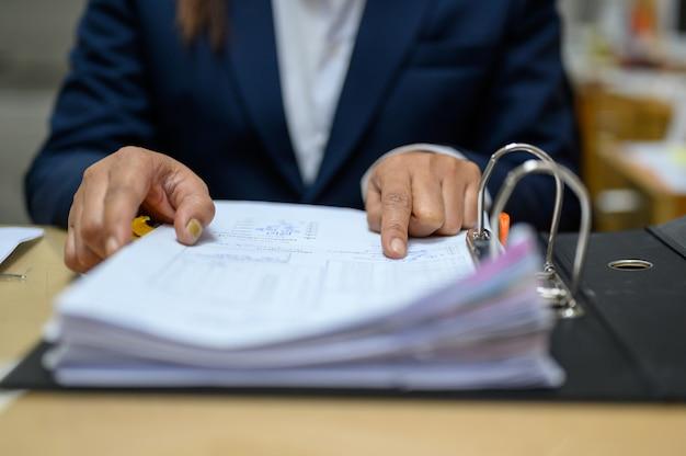 従業員はオフィスで文書を管理しています。