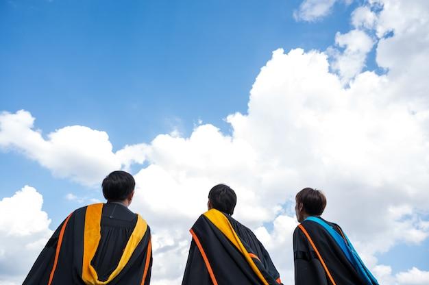 卒業生は大学の卒業式の日に帽子を投げます。