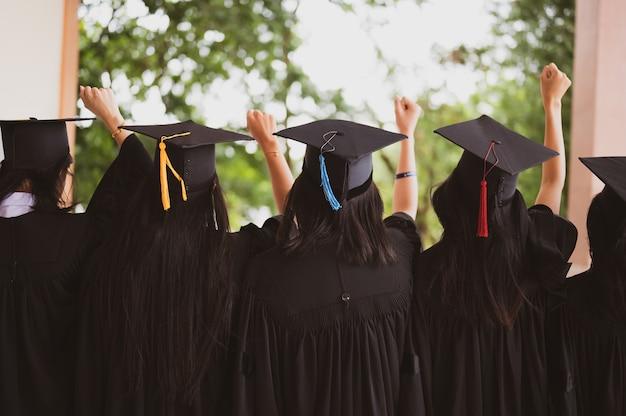 Выпускники группы носили черную шляпу, черную шляпу, на выпускной церемонии в университете.