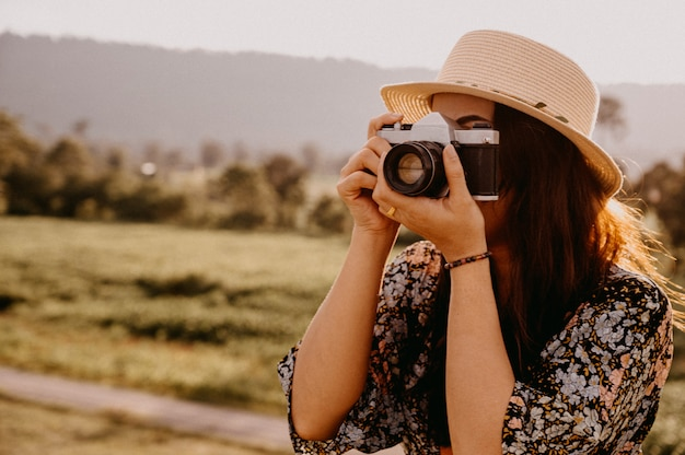 女性写真家は日没の自然を旅して写真を撮る