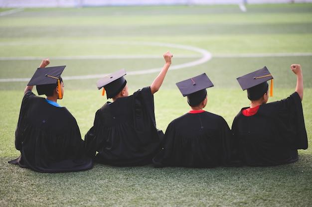 男の子のグループは、学校での卒業日に幸せです