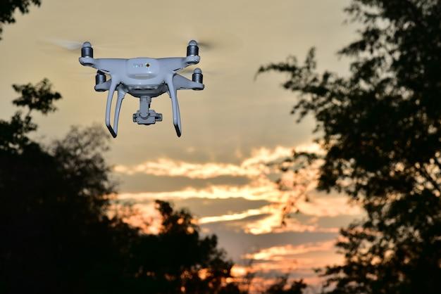 夕焼けの夕方のオレンジの空で航空写真を撮る飛行機飛行機