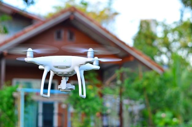 小さな家の前を飛んで飛行機