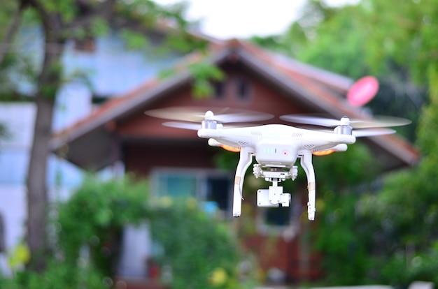 家の空中写真を撮る飛行機飛行機