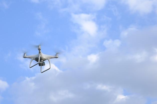 飛行機から離陸して飛行機で飛んで、日の出の朝に航空写真を撮る。