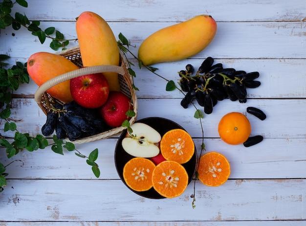 木の背景に果物